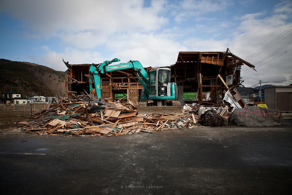 Ishinomaki  Quartier Minato machi  travaux  11 mars 2012.Aujourdhui, les travaux de démolition et de nettoyage sont en suspend aujourdhui. Il y a juste un an, le tsunami dévastait la ville.