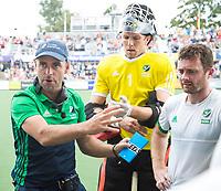 AMSTELVEEN - coach Craig Fulton (IRE) met rechts keeper Dave Harte (IRE) en John Jackson (IRE)   tijdens Ierland-Polen (heren) bij de Rabo EuroHockey Championships 2017. COPYRIGHT KOEN SUYK