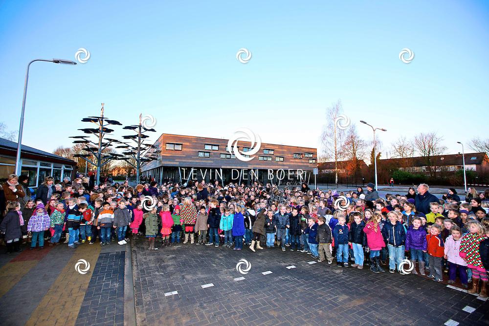 ZALTBOMMEL - De officiele opening van de Brede School aan de Zandkampen. Met op de foto de kinderen van de Bredeschool Zandkampen die vandaag een feestdag hebben. FOTO LEVIN DEN BOER - PERSFOTO.NU