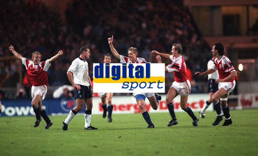 Norway celebrate their equalising goal by Kjetil Rekdal. Norway v England, 14/10/92. Credit: Colorsport
