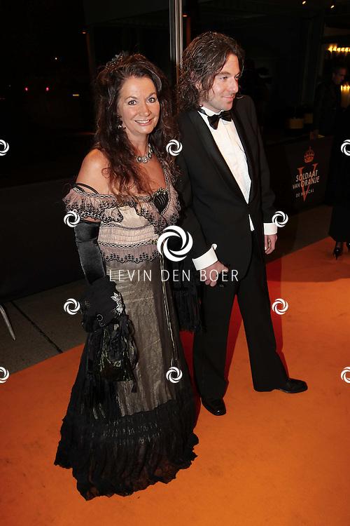 KATWIJK - Bellinda Meuldijk en Thierry Duval zaterdag op de oranje loper van de galapremiere van Soldaat van Oranje - de Musical in de Theater Hangaar op de oude vliegbasis Valkenburg bij Katwijk. FOTO LEVIN DEN BOER - PERSFOTO.NU
