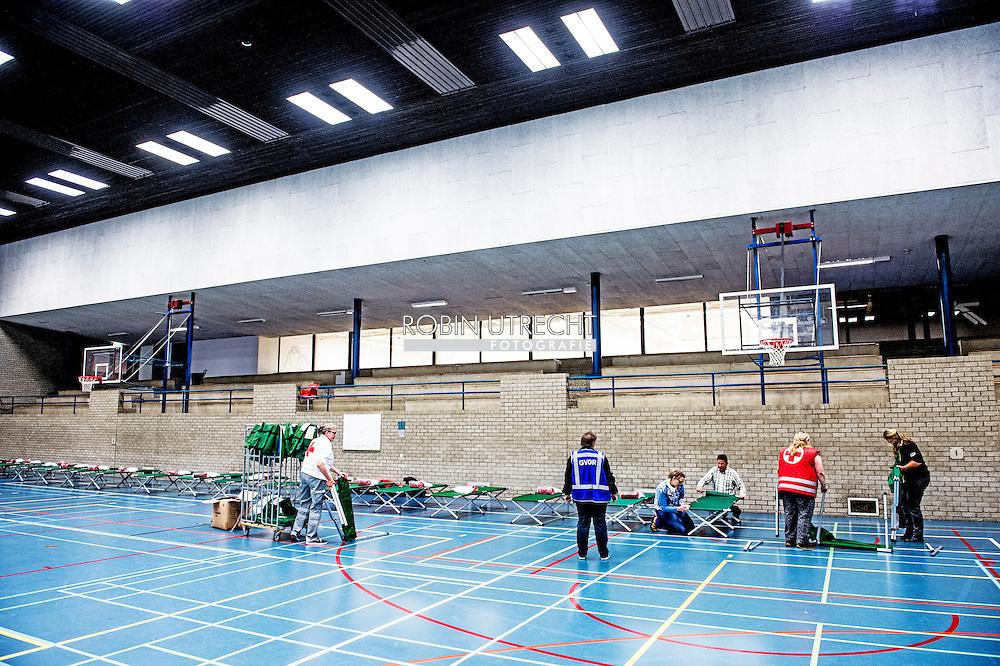 ROTTERDAM - Sporthal wordt ingericht op de erasmus universiteit in de sporthal voor vluchtelingen . ROTTERDAM - Bedden worden klaargezet in de sporthal van de Erasmus Universiteit van Rotterdam. De sporthal wordt als noodopvang ingericht om vluchtelingen op te gaan vangen.   copyright robin utrecht <br /> Bedden worden klaargezet in de sporthal van de Erasmus Universiteit van Rotterdam. De sporthal wordt als noodopvang ingericht om vluchtelingen op te gaan vangen.