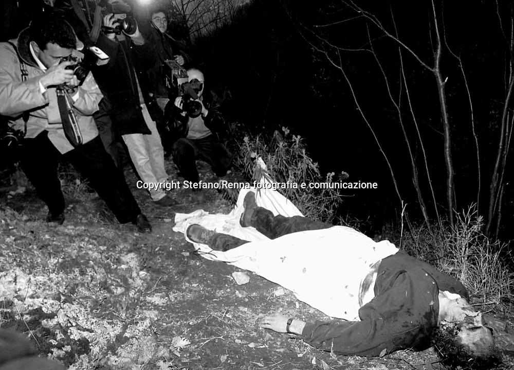 luogo : Napoli ( Monte Coppola ) - data : 02 aprile 1993 - titolo : O' Professore <br /> ( Servizio inerente i fatti criminosi avvenuti in Campania e a Napoli nell'ultimo decennio )<br /> copyright Stefano Renna fotografia.