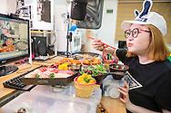 MUKBANG - KOREA<br /> Seo Yoon Ahn &auml;ter framf&ouml;r en web cam och samtidigt kommunicera med tittarna i realtid. Att &auml;ta online kallas mukbang. Seoul, Korea