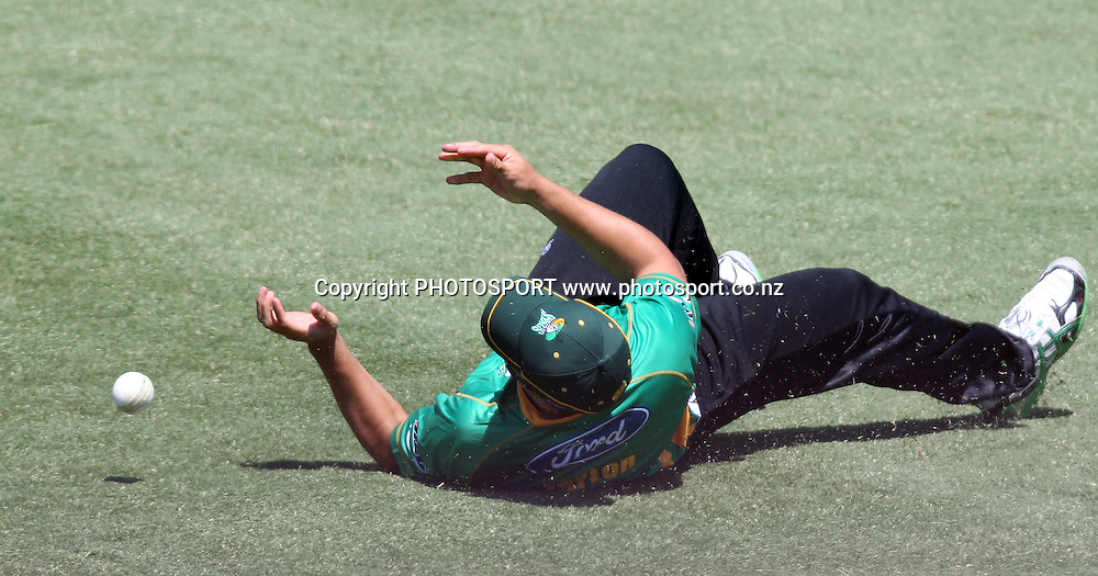 Ross Taylor drops a catch. Twenty20 Cricket, HRV Cup Final 2010/11. Auckland Aces v Central Stags, Colin Maiden Park, Auckland. Sunday 2 January 2011. Photo: Andrew Cornaga/photosport.co.nz