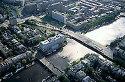 Nederland, Amsterdam, Amstel, 25-09-2002; Binnenamstel met Hogesluis (sluis is brug)  linksonder, daarachter Amstelhotel aan het Professor Tulpplein; rechts - na de Torontobrug - de Amstel; in verlengde van Torontobrug: Weesperplein en hoogbouw aan de Wibautstraat, met voormalig belastingkantoor en Wibauthuis (Gemeente Amsterdam); economie, bedrijvigheid, stadsgezicht; zie ook andere (detail)fotoÕs rond deze lokatie;<br /> luchtfoto (toeslag), aerial photo (additional fee)<br /> foto /photo Siebe Swart