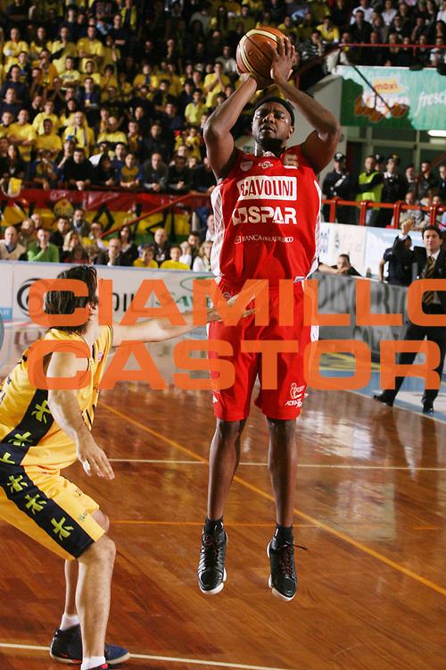 DESCRIZIONE : Porto San Giorgio Lega A1 2007-08 Premiata Montegranaro Scavolini Spar Pesaro <br /> GIOCATORE : Ronald Slay <br /> SQUADRA : Scavolini Spar Pesaro <br /> EVENTO : Campionato Lega A1 2007-2008 <br /> GARA : Premiata Montegranaro Scavolini Spar Pesaro <br /> DATA : 21/10/2007 <br /> CATEGORIA : Tiro <br /> SPORT : Pallacanestro <br /> AUTORE : Agenzia Ciamillo-Castoria/G.Ciamillo <br /> Galleria : Lega Basket A1 2007-2008 <br /> Fotonotizia : Porto San Giorgio Campionato Italiano Lega A1 2007-2008 Premiata Montegranaro Scavolini Spar Pesaro <br /> Predefinita : si