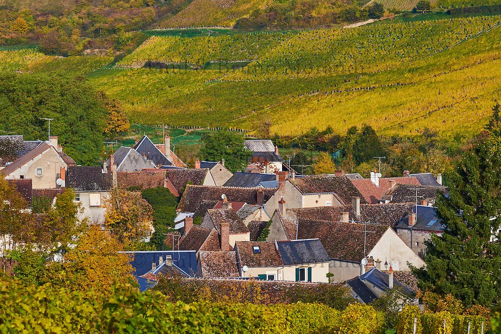 France, Centre-Val de Loire, Cher (18), Berry, région du Sancerrois, village de Chavignol et son vignoble en automne // France, Cher 18, Chavignol village, vineyard in autumn