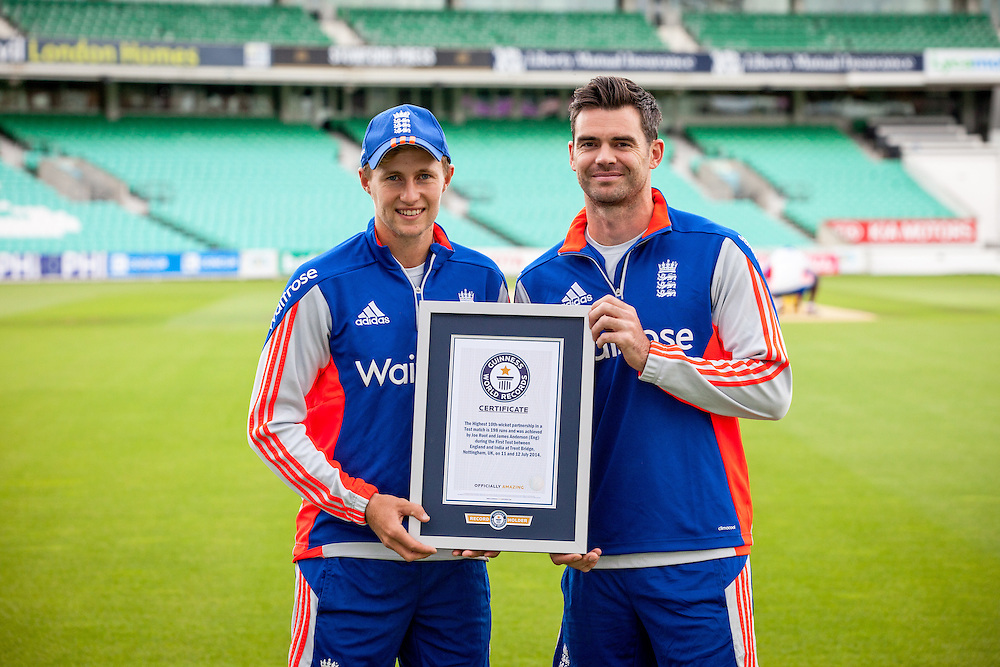 Joe Root (L) and James Anderson (R) holding their Guinness World Records Certificates London. Aug. 17, 2015. (Photos/Ivan Gonzalez)