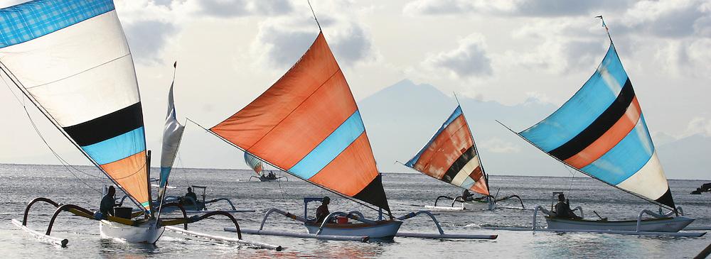 Pêcheurs au nord de l'île de Bali. .Juklung (nom de l'embarcation à balanciers) AMBIANCES MARINES-LUMIERES MARINES-MARINE ATMOSPHERE