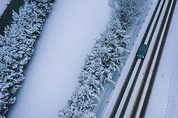 THEMENBILD - ein Auto auf einer Strasse bei winterlichen Fahrbahnverhältnissen, aufgenommen am 29. Januar 2020 in Kaprun, Österreich // a car in winter road conditions, Kaprun, Austria on 2020/01/29. EXPA Pictures © 2020, PhotoCredit: EXPA/ JFK