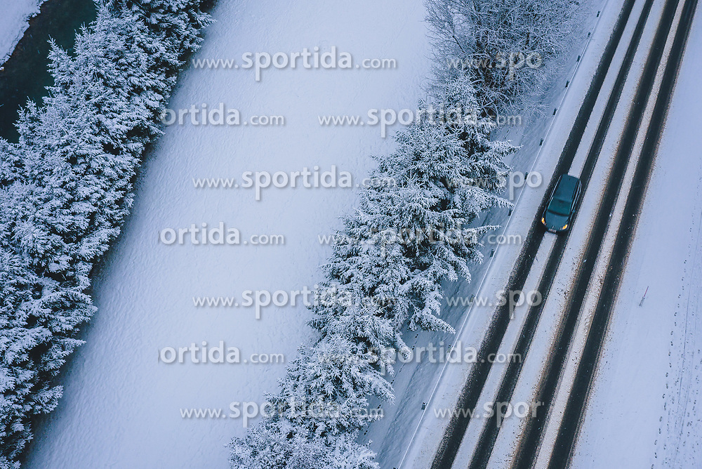 THEMENBILD - ein Auto auf einer Strasse bei winterlichen Fahrbahnverhältnissen, aufgenommen am 29. Januar 2020 in Kaprun, Österreich // a car in winter road conditions, Kaprun, Austria on 2020/01/29. EXPA Pictures © 2020, PhotoCredit: EXPA/ JFK