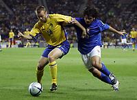 Fotball<br /> Euro 2004<br /> 18.06.2004<br /> Sverige v Italia 1-1<br /> Foto: Omega/SBI/Digitalsport<br /> NORWAY ONLY<br /> <br /> GENNARO GATTUSO LOTTA CON MATTIAS JONSON