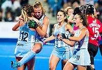 Londen - Delfina Merino (Arg) heeft de stand op 2-0 gebracht   tijdens de cross over wedstrijd Argentinie-Nieuw Zeeland (2-0)  bij het WK Hockey 2018 in Londen .  rechts Agustina Habif (Arg)  , Martina Cavallero (Arg) en Lucina Von Der Heyde (Arg) .COPYRIGHT KOEN SUYK