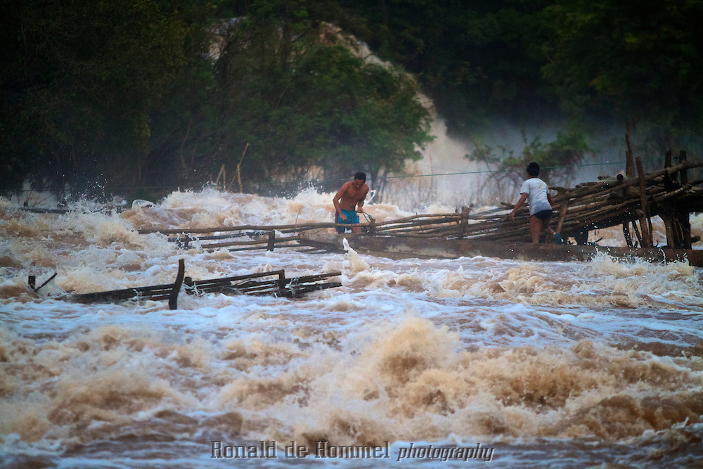 Deadliest Catch: the Khone Falls.Fishermen risk their lives every day, just to catch a meal of fish, in the raging Khone Falls of southern Laos. They use traps that they put in the rapids and waterfalls between the thousands of small islands that dot this stretch of the Mekong on the border with Cambodia. .The Si Phan Don, meaning The 4000 islands, is a riverine archipelago located in the Mekong River in southern Laos.