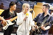 Koraly, accompagnée de Pamme Youance à la basse et Allan Hurd à la guitare Portrait en direct lors de l'émission radiophonique Francophonie Express  à  Le Mount Stephen / Montreal / Canada / 2019-04-08, Photo © Marc Gibert / adecom.ca