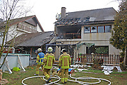 Mannheim. 23.02.17   BILD- ID 035  <br /> Schönau. Brand im Mehrfamilienhaus. Bei dem Brand in einem Vierfamilienhaus am Donnerstagnachmittag auf der Schönau ist ein geschätzter Schaden von rund 300 000 Euro entstanden. Das Feuer war im ersten Obergeschoss ausgebrochen und hatte auf das Dachgeschoss übergegriffen, teilte die Polizei mit. Die Bewohner konnten das Haus im Ludwig-Neischwander-Weg rechtzeitig verlassen. Verletzt wurde bei dem Brand niemand. Die Feuerwehr brachte den Brand unter Kontrolle. Die Brandursache ist noch nicht bekannt.<br /> Bild: Markus Prosswitz 23FEB17 / masterpress (Bild ist honorarpflichtig - No Model Release!)