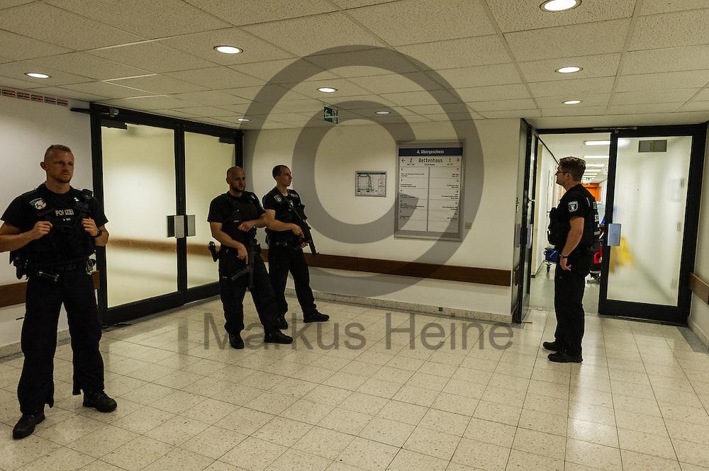 Polizisten sichern nach einer Schie&szlig;erei am KH Benjamin Franklin am 26.07.2016 im Berliner Benjamin-Franklin-Krankenhauses in Berlin, Deutschland den Eingang zum Tatort. Wie die Polizei mitteilt, schoss ein Patient auf einen Arzt. Danach t&ouml;tete sich der Sch&uuml;tze offenbar selbst. Foto: Markus Heine / heineimaging<br /> <br /> ------------------------------<br /> <br /> Ver&ouml;ffentlichung nur mit Fotografennennung, sowie gegen Honorar und Belegexemplar.<br /> <br /> Bankverbindung:<br /> IBAN: DE65660908000004437497<br /> BIC CODE: GENODE61BBB<br /> Badische Beamten Bank Karlsruhe<br /> <br /> USt-IdNr: DE291853306<br /> <br /> Please note:<br /> All rights reserved! Don't publish without copyright!<br /> <br /> Stand: 07.2016<br /> <br /> ------------------------------