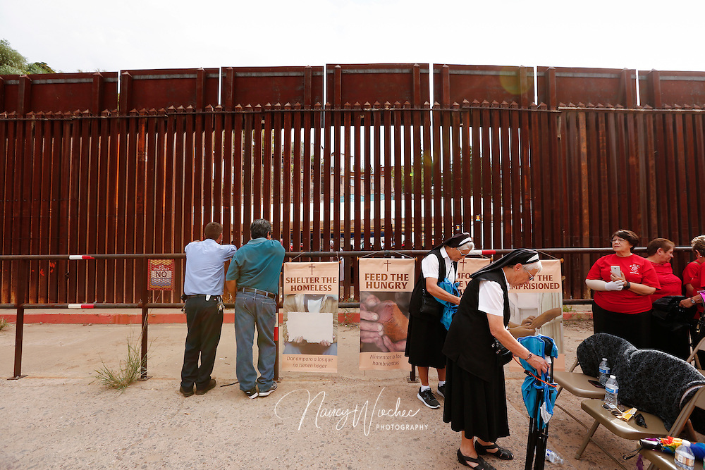 Dioceses Without Borders border Mass Oct. 23 at the international border in ambos Nogales, Nogales, Arizona, Oct. 23, 2016. (CNS photo/Nancy Wiechec)