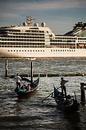 Grandi navi da turismo e gondole. Bacino di San Marco.