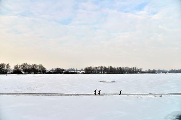 Nederland, Nijmegen, 22-1-2012Op de oude waal in de ooijpolder, een dode arm van de rivier, schaatsen mensen op een schoongemaakte baan. Het ijs is niet overal dik en sterk genoeg. Er zijn wiwndwakken.Foto: Flip Franssen/Hollandse Hoogte