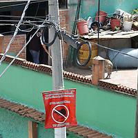 Toluca, Mexico.- Vecinos de la colonia Vicente Guerrero cansados de los constantes asaltos y robos a casas colocaron letreros de avisos para los rateros, que si los sorprenden delinquiendo los lincharan, y entre ellos cuidan sus casas. Agencia MVT / Crisanta Espinosa