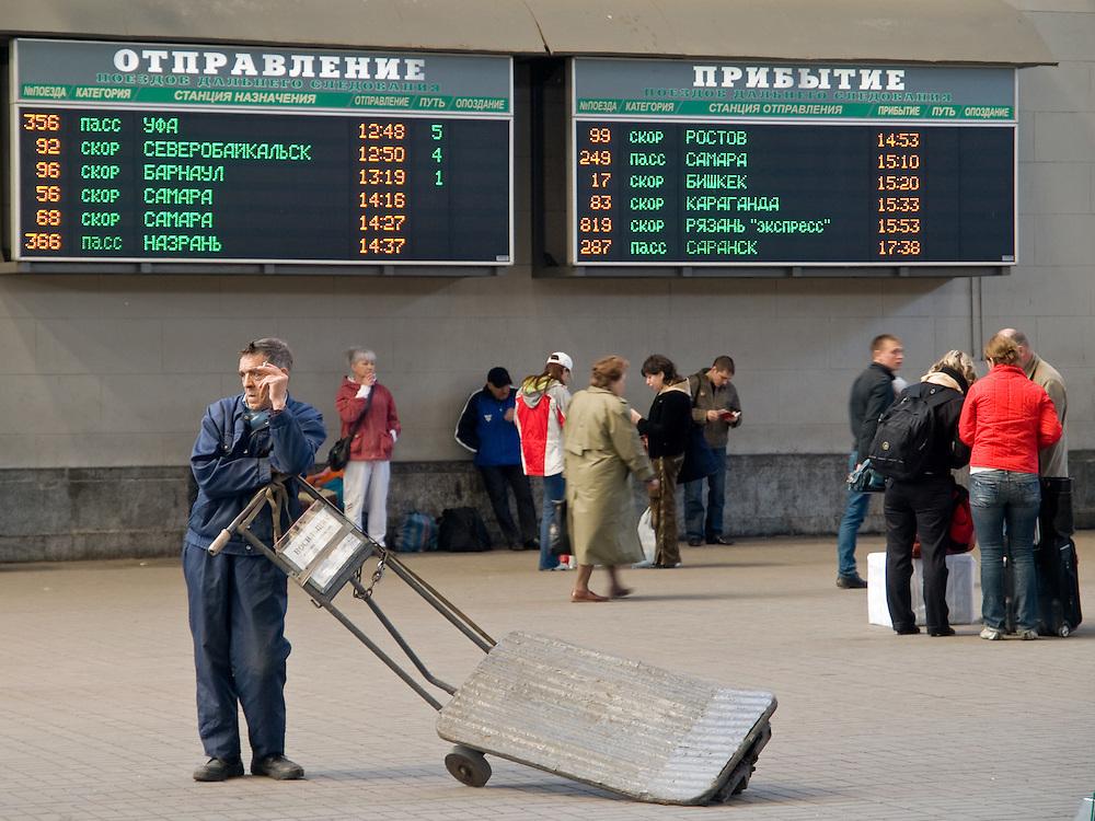 Gepäckfahrer und Reisende in der Halle des Kasaner Bahnhofs (Kasanski woksal) welcher einer der neun Bahnhöfe in Moskau ist. Er liegt am Komsomolskaja-Platz, in unmittelbarer Nähe zum Jaroslawler und dem Leningrader Bahnhof, und ist bis heute einer der größten Bahnhöfe der russischen Hauptstadt. <br /> <br /> Worker and travellers in the hall at the Kazansky Rail Terminal (Kazansky vokzal) which is one of eight rail terminals in Moscow, situated on the Komsomolskaya Square, across the square from the Leningradsky and Yaroslavsky terminals.