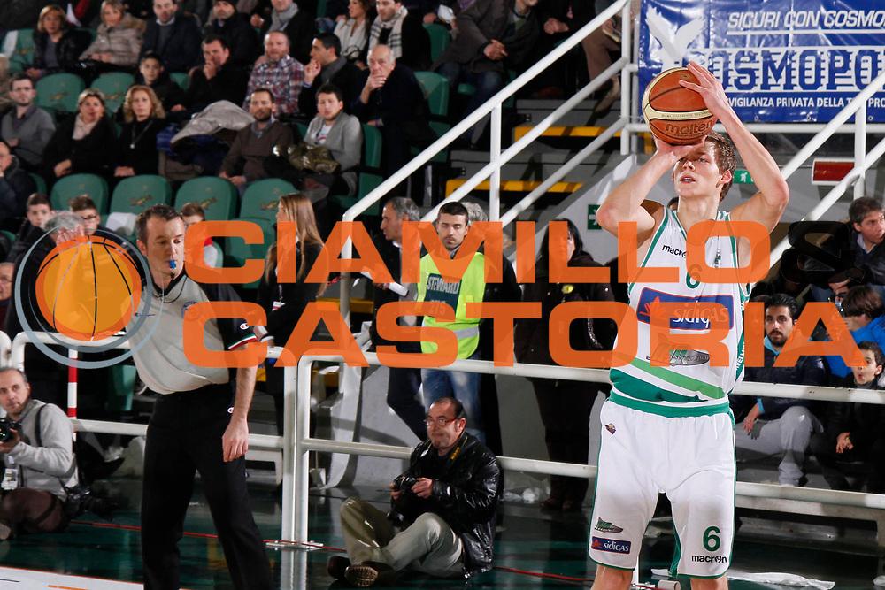 DESCRIZIONE : Avellino Lega A 2011-12 Sidigas Avellino Vanoli Braga Cremona<br /> GIOCATORE : Viktor Gaddefors<br /> SQUADRA : Sidigas Avellino<br /> EVENTO : Campionato Lega A 2011-2012<br /> GARA : Sidigas Avellino Vanoli Braga Cremona<br /> DATA : 03/01/2012<br /> CATEGORIA : tiro three points shot<br /> SPORT : Pallacanestro<br /> AUTORE : Agenzia Ciamillo-Castoria/A.De Lise<br /> Galleria : Lega Basket A 2011-2012<br /> Fotonotizia : Avellino Lega A 2011-12 Sidigas Avellino Vanoli Braga Cremona<br /> Predefinita :