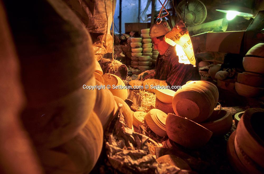 Kim eul saeng, living cultural monument, specialist of the lacq  Baelgiri  Korea   Kim Eul Saeng trésor culturel vivant spécialiste de la laque dans son atelier au village de Baelgiri  Baelgiri  coree  ///R20133/    L0006874  /  P105035