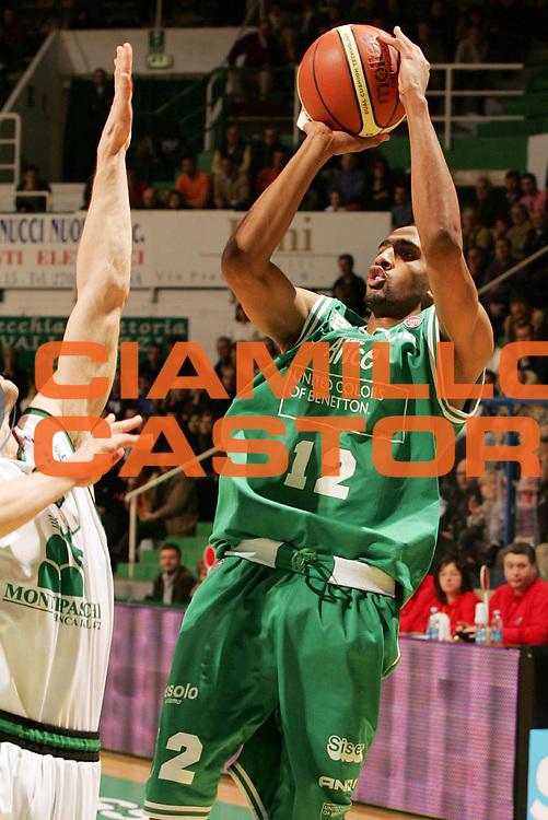 DESCRIZIONE : Siena Lega A1 2005-06 Montepaschi Siena Benetton Treviso<br /> GIOCATORE : Nicholas<br /> SQUADRA : Benetton Treviso<br /> EVENTO : Campionato Lega A1 2005-2006<br /> GARA : Montepaschi Mens Sana Siena Benetton Treviso<br /> DATA : 22/01/2006 <br /> CATEGORIA : Tiro<br /> SPORT : Pallacanestro <br /> AUTORE : Agenzia Ciamillo-Castoria/P.Lazzeroni