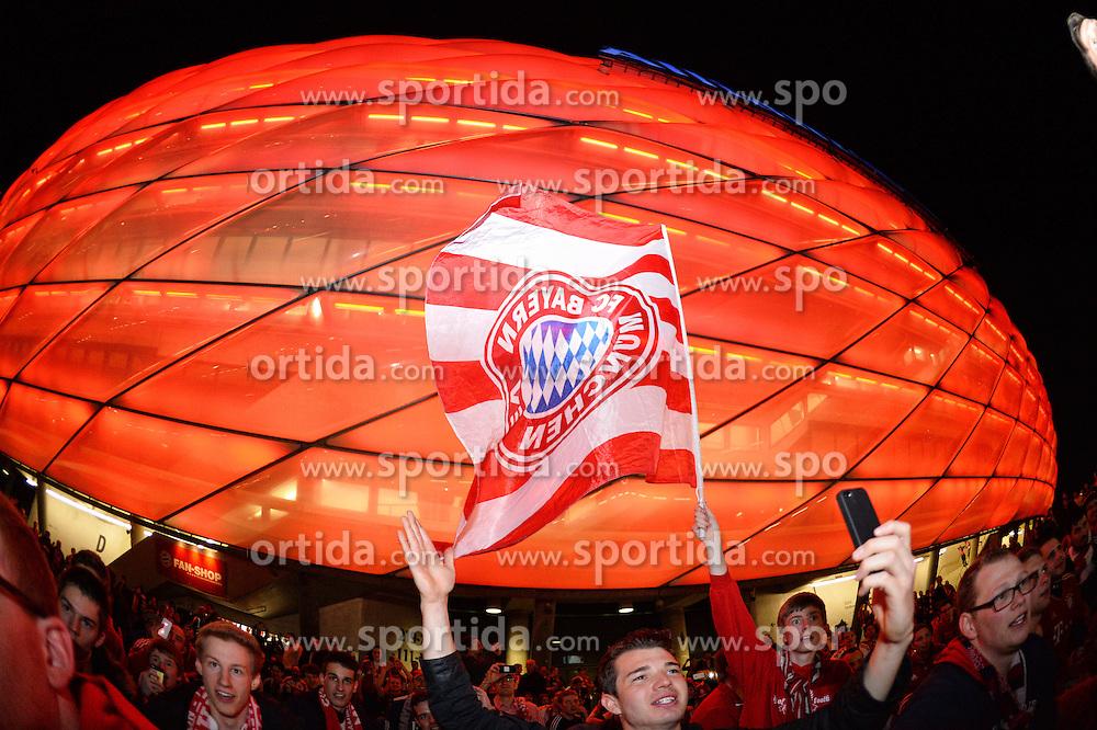 THEMENBILD - die Allianz Arena in Muenchen, im Bild Fans des FC Bayern Muenchen feiern mit Fahnen vor der ALLIANZ ARENA einen Heimsieg, Aussenansicht, Bild aufgenommen am 16.04.2013, Allianz Arena, Muenchen, Deutschland. EXPA Pictures © 2013, PhotoCredit: EXPA/ Eibner/ Bert Harzer..***** ATTENTION - OUT OF GER *****
