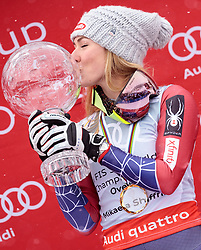 18.03.2018, Aare, SWE, FIS Weltcup Ski Alpin, Finale, Aare, Gesamt Weltcup, Damen, Siegerehrung, im Bild Mikaela Shiffrin (USA, Riesenslalom Weltcup 3. Platz, Slalom Weltcup und Gesamt Weltcup 1. Platz) küsst Ihre grossen Kristallkugel // Overall World Cup winner Slalom World Cup winner and Giant Slalom World Cup third placed Mikaela Shiffrin of the USA kiss her crystal globe during the allover winner Ceremony for the ladie's Worlcup of FIS Ski Alpine World Cup finals in Aare, Sweden on 2018/03/18. EXPA Pictures © 2018, PhotoCredit: EXPA/ Johann Groder