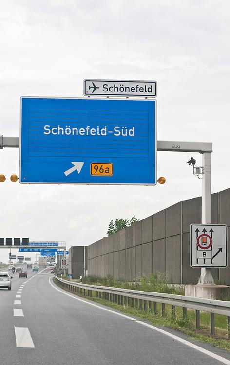 Berlin, Ausfahrt auf die Bundesstrasse B 96a zum Flughafen Berlin-Schoenefeld von der Autobahn des Berliner Rings