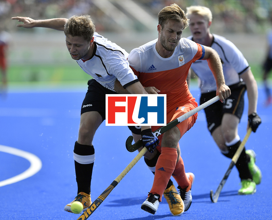 Germany's Martin Haner (L) vies with Netherlands' Jeroen Hertzberger during the men's Bronze medal field hockey Netherlands vs Germany match of the Rio 2016 Olympics Games at the Olympic Hockey Centre in Rio de Janeiro on August 18, 2016. / AFP / PHILIPPE LOPEZ        (Photo credit should read PHILIPPE LOPEZ/AFP/Getty Images)