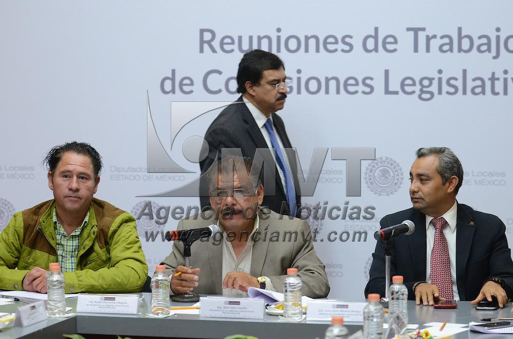 Toluca, México (Septiembre 1, 2016).- Rubén Hernández Magaña, Abel Valle Castillo e Isidro Moreno Árcega, Secretario, Presidente y Miembro de la Comisión Legislativa de Protección Civil respectivamente, durante las reuniones de trabajo de las comisiones legislativas en la cámara de diputados. Agencia MVT / Arturo Hernández.