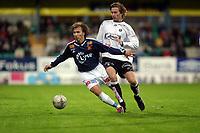 Fotball, 22. september 2003, Tippeligaen,  Sogndal-Viking 2-2,  Jone Samulesen, Viking, og Anders Stadheim, Sogndal