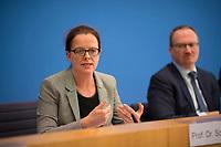 DEU, Deutschland, Germany, Berlin, 08.11.2017: Prof. Isabel Schnabel in der Bundespressekonferenz zur Vorstellung des Jahresgutachten des Sachverständigenrates zur Begutachtung der gesamtwirtschaftlichen Entwicklung.