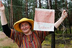 """Am 29. Juni 2014 begeht die Ökumenische Initiative """"Gorlebener Gebet"""" ihr 25-jähriges Bestehen. Seit 1989 feiert die Initiative jeden Sonntag unter freiem Himmel einen Gottesdienst in Sichtweite des so genannten Erkundungsbergwerks im Wald bei Gorleben. Dabei ist noch kein einziges Gebet ausgefallen. Im Bild: Antje Lutz von widerSetzen<br /> <br /> Ort: Gorleben<br /> Copyright: Andreas Conradt<br /> Quelle: PubliXviewinG"""