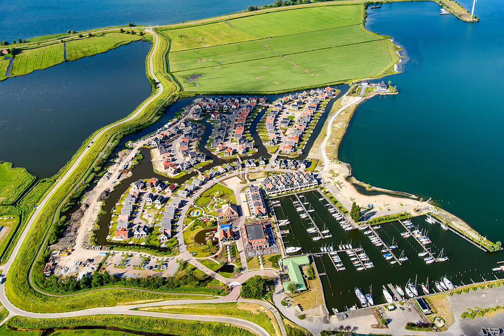Nederland, Noord-Holland, Gemeente Waterland, 13-06-2017; jachthaven bij Uitdam, Waterlandse Zeedijk (ook: Uitdammerdijk) met IJsselmeer.<br /> De dijk staat op de nominatie om verstrekt te worden, bewoners en actievoerders vrezen aantasting van de monumentale dijk en verlies culturele waarden.<br /> Uitdam marina en Uitdammerdijk, rural area, North of Amsterdam.<br /> The dike is nominated to be reinforced, residents and activists fear losing the monumental quality of the dike and losing other cultural values.<br /> luchtfoto (toeslag op standaard tarieven);<br /> aerial photo (additional fee required);<br /> copyright foto/photo Siebe Swart