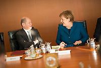 DEU, Deutschland, Germany, Berlin, 06.02.2019: Bundesfinanzminister Olaf Scholz (SPD) und Bundeskanzlerin Dr. Angela Merkel (CDU) vor Beginn der 40. Kabinettsitzung im Bundeskanzleramt.