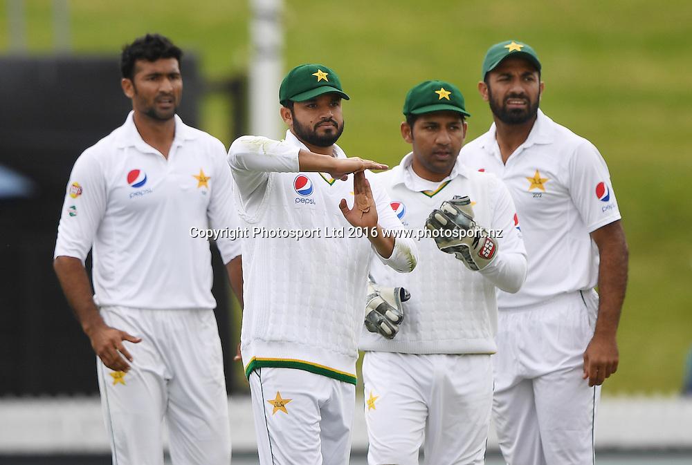 Pakistan captain Azhar Ali calls for a review on Williamson's wicket. New Zealand Black Caps v Pakistan. Day 1, 2nd test match. Friday 25 November 2016. Seddon Park, Hamilton, New Zealand. © Copyright photo: Andrew Cornaga / www.photosport.nz