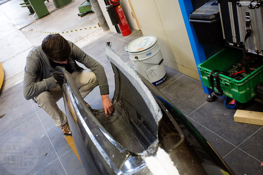 De chief engineer controleert de carbon kap. In Delft wordt de VeloX 7 gebouwd in de D:Dreamhall. In september wil het Human Power Team Delft en Amsterdam, dat bestaat uit studenten van de TU Delft en de VU Amsterdam, tijdens de World Human Powered Speed Challenge in Nevada een poging doen het wereldrecord snelfietsen voor vrouwen te verbreken met de VeloX 7, een gestroomlijnde ligfiets. Het record is met 121,44 km/h sinds 2009 in handen van de Francaise Barbara Buatois. De Canadees Todd Reichert is de snelste man met 144,17 km/h sinds 2016.<br /> <br /> In Delft the Velox 7 is produced. With the VeloX 7, a special recumbent bike, the Human Power Team Delft and Amsterdam, consisting of students of the TU Delft and the VU Amsterdam, also wants to set a new woman's world record cycling in September at the World Human Powered Speed Challenge in Nevada. The current speed record is 121,44 km/h, set in 2009 by Barbara Buatois. The fastest man is Todd Reichert with 144,17 km/h.