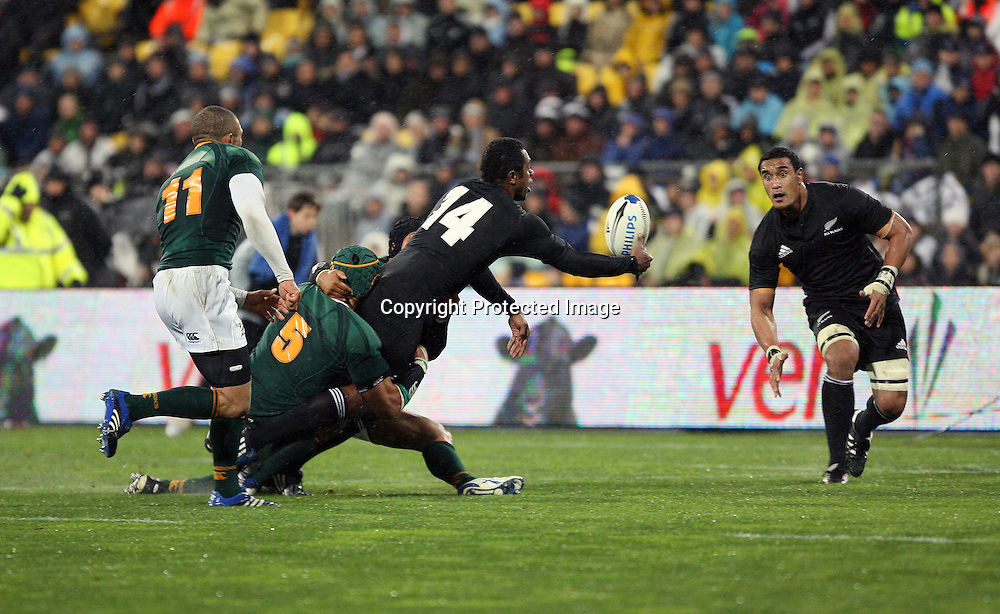 Sitiveni Sivivatu passes to Jerome Kaino. Philips Tri Nations, All Blacks vs South Africa, Westpac Stadium, Wellington, New Zealand, Saturday 5 July 2008. Photo: Marc Weakley/PHOTOSPORT