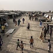 Vue de l'artère principale du camp de protection des civils de la Mission des Nations Unies au Soudan du Sud, la Minuss, à Malakal.