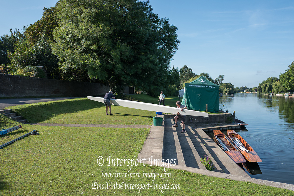 """Maidenhead, United Kingdom.  Removing the punt from the River.  """"Thames Punting Club Regatta"""", Bray Reach.<br /> 08:51:10 Sunday  06/08/2017<br /> <br /> [Mandatory Credit. Peter SPURRIER Intersport Images}.<br /> <br /> LEICA Q (Typ 116) 28mm  f1.7   1/3200 /sec    100 ISO River Thames, .......... Summer, Sport, Sunny, Bright, Blue Skies, Skilful,"""