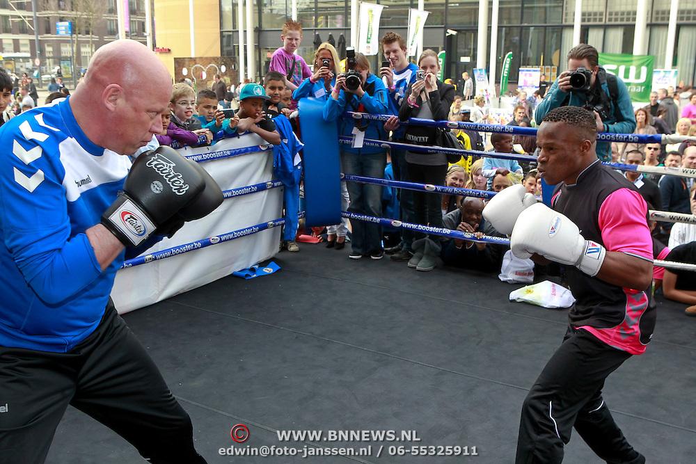 NLD/Schiedam/20110416 - Opening Nationale Sportweek 2011, bokspartij Innocent Anyanwu tegen Frits Wester