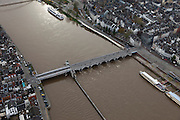 Nederland, Limburg, Maastricht, 15-11-2010;.De Maas in Maastricht met de Sint-Servaasbrug..The Sint-Servaas bridge on the Meuse  in Maastricht..luchtfoto (toeslag), aerial photo (additional fee required).foto/photo Siebe Swart