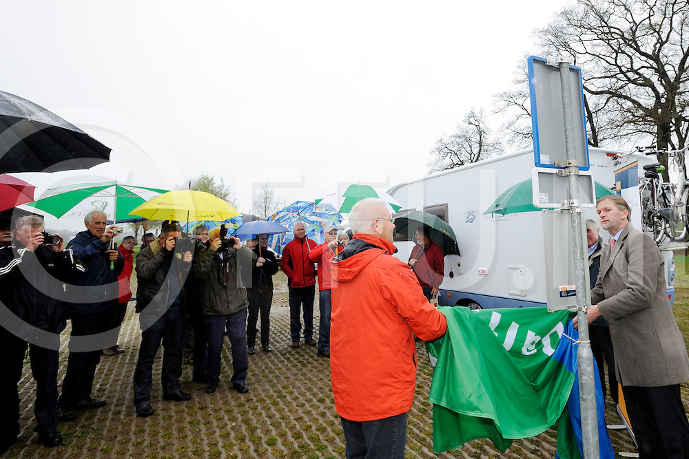 DALFSEN - opening camperplaats..Foto: wethouder Maurits van Martels opent..FFU PRESS AGENCY COPYRIGHT FRANK UIJLENBROEK.