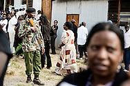 Mange i Kenyas største slumkvarter, Kibera stod op kl. tre i nat. Tilhængere af præsidentkandidaterne vækkede folk fra deres egen stamme og næsten skubbede den til valgstederne, hvor der allerede var lange køer ved 4-tiden. 14,3 millioner Kenyanerne har registreret sig til valget – det første efter vedtagelsen efter en ny forfatning. I Kibera var køerne i formiddags ca. 5 timer lange.
