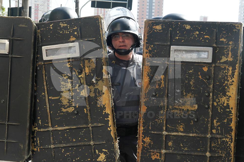 SAO PAULO, SP, 12/06/2014 -  Policiais Militares atiram contra manifestantes em ato realizado aos redores da Estação Carrão contra a Copa do Mundo que terá abertura realizada nesta quinta-feria (12) em  Sao Paulo Foto: Amauri Nehn/Brazil Photo Press).